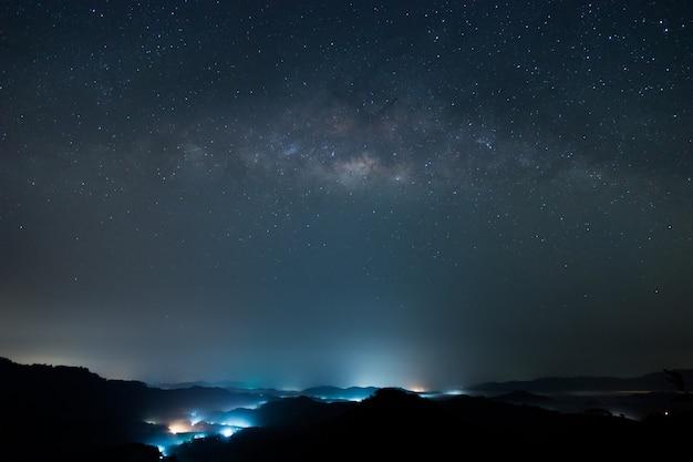 은하수 어두운 하늘과 별이 빛나는 고리 은하수 밤하늘과 별