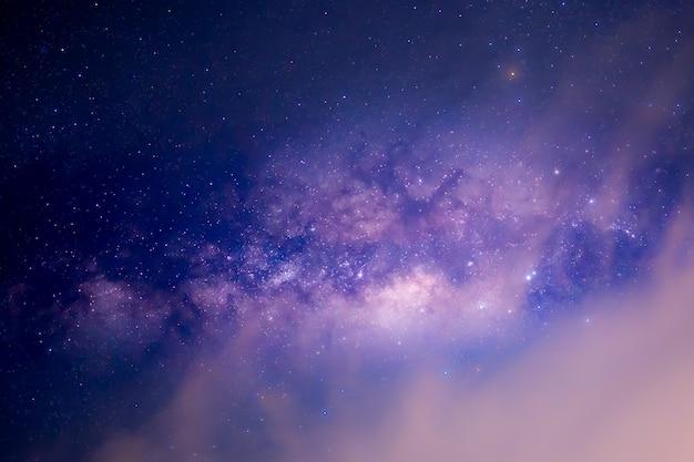 夜空の背景に天の川銀河
