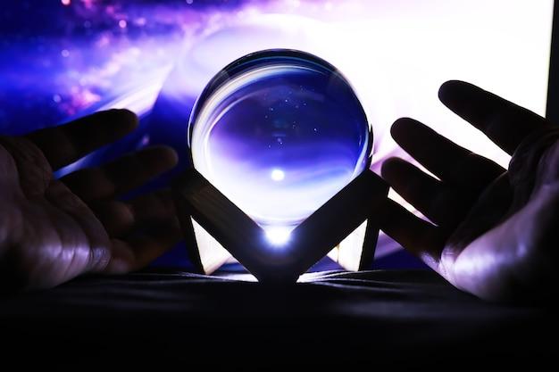 魔法の領域での天の川、占い師、マインドパワーの概念。魔法のボールの予測。不思議な構図。占い師、マインドパワー、予測コンセプト。コピースペース