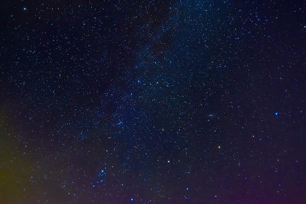 星雲と銀河のある星空の天の川。星と空間の背景