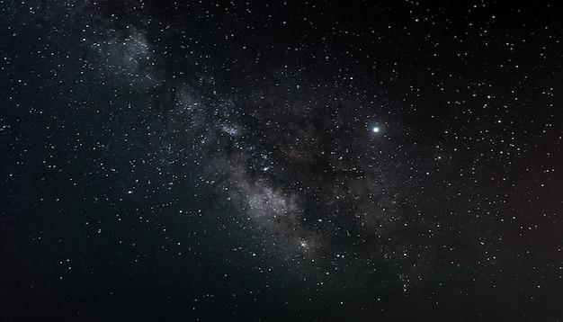 Млечный путь в ночном небе