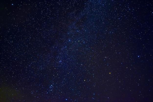 성운과 은하가 있는 별이 빛나는 하늘의 은하수. 별과 공간이 있는 배경