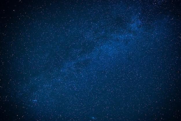 Млечный путь на темном ночном небе. звезды на фоне космоса