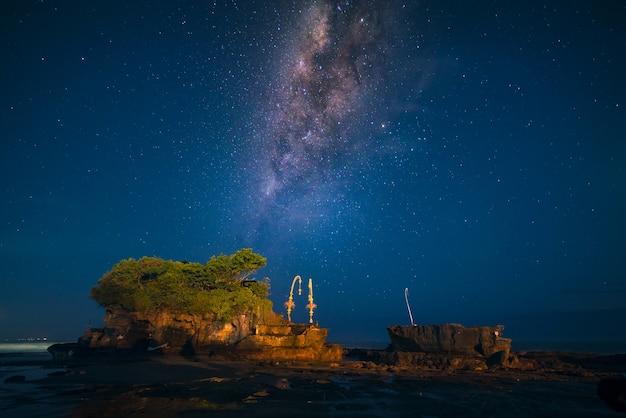Млечный путь над храмом танах лот ночью на бали