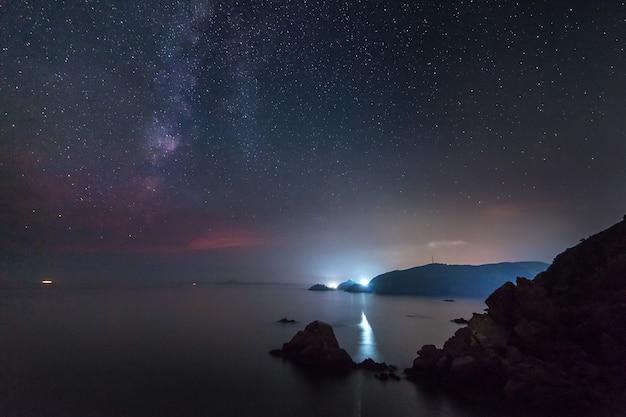 Млечный путь над морем. имеется некоторый шум от высокого iso
