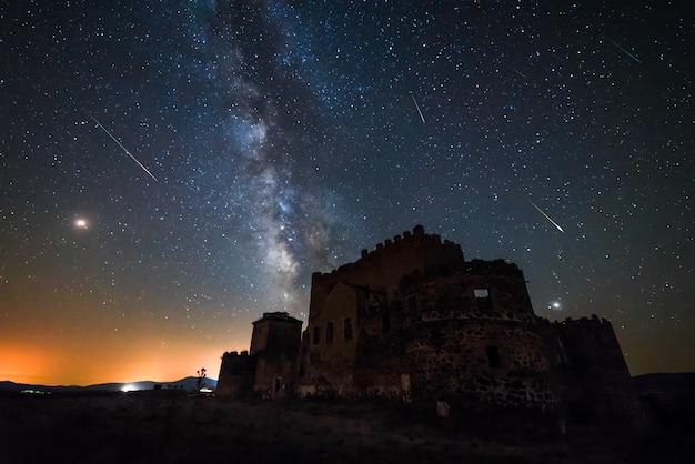 Млечный путь, персеиды над замком гвадалерзас, испания