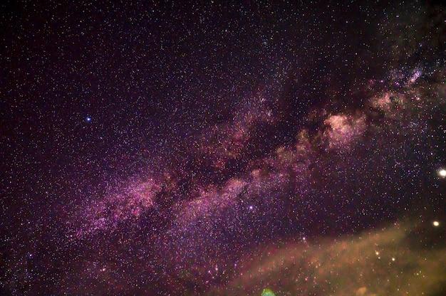 Млечный путь с миллоновой звездой на небе в ночное время