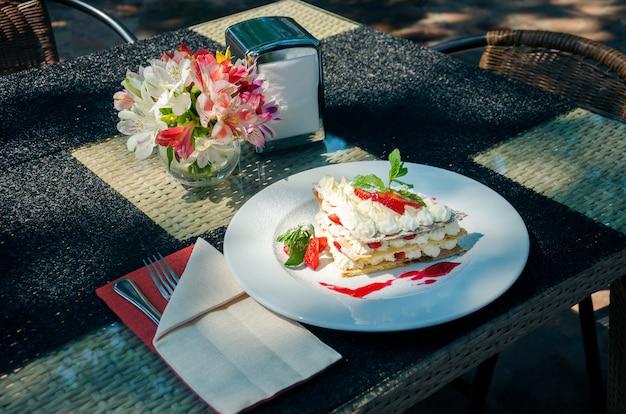 夏のレストランの敷地にあるサービングテーブルのミルフィーユ