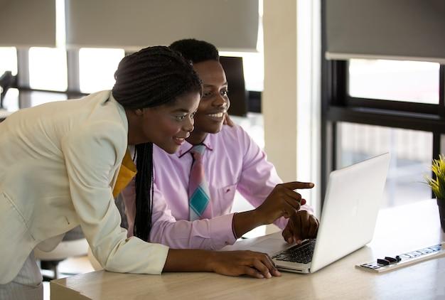Тысячелетняя черная деловая женщина обращается к коллегам на корпоративной деловой встрече, крупным планом Premium Фотографии