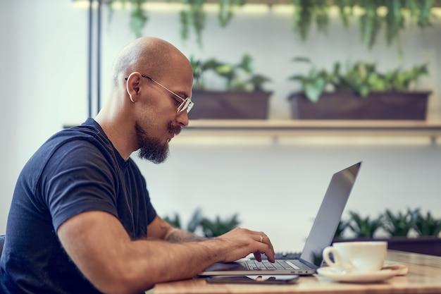 밀레니엄 백인 남자는 홈 오피스 원격 작업에서 컴퓨터에서 작동