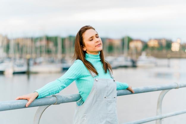 夕日の光と新鮮な空気を自由に楽しむミレニアル世代の若い大人の女性