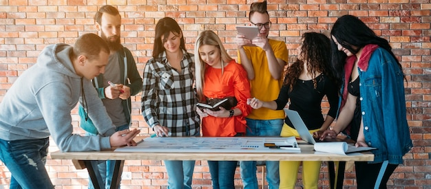 밀레니얼 비즈니스 . 성공적인 팀워크. 프로젝트에서 함께 일하는 사람들.
