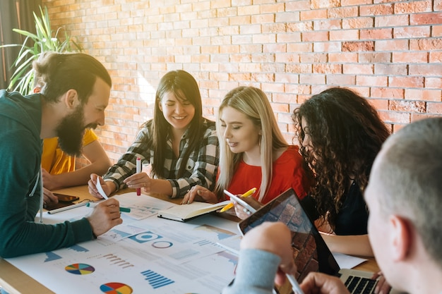 ミレニアル世代のビジネス。成功したチームワーク。プロジェクトで一緒に働いている人々。