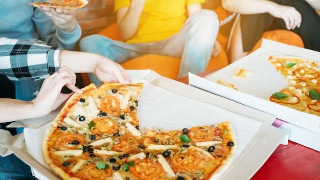 밀레니얼 세대의 라이프스타일. 피자 디너 브레이크. 패스트푸드 팬.