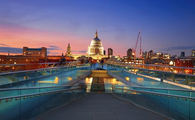 Мост тысячелетия, ведущий к собору святого павла в центре лондона