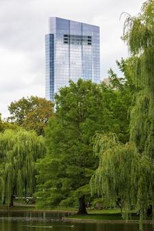 Millennium tower стекло современное здание в бостоне с парком деревьев