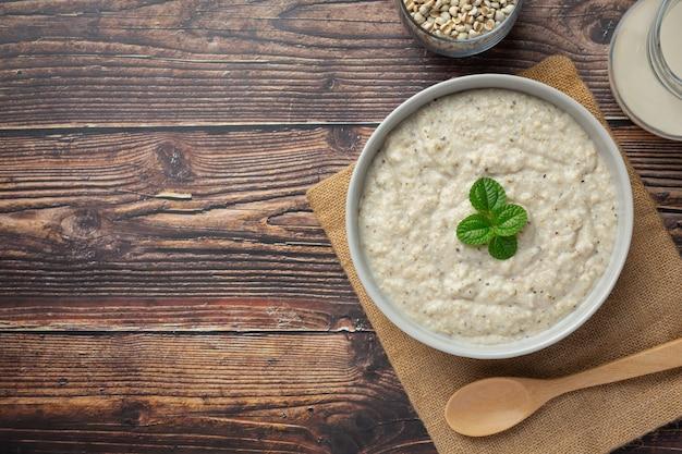 Porridge di congee di miglio pronto da servire