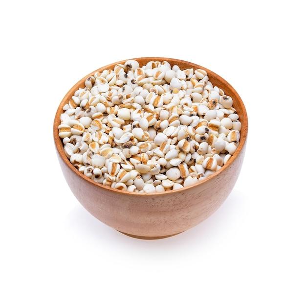 白い背景の上のキビの穀物