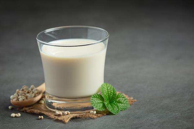 提供する準備ができているガラスのキビミルク