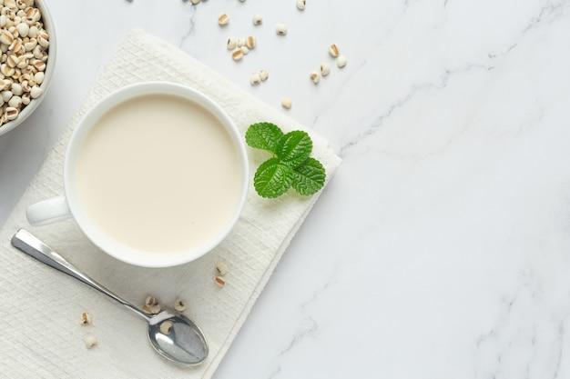 Пшенное молоко в стакане, готовое к подаче