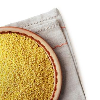 흰색 배경에 고립 접시에 기장 또는 강아지풀 곡물. 확대