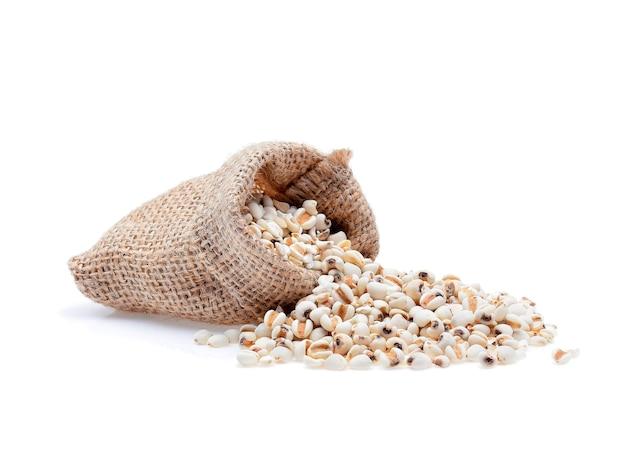 キビ米、白い背景で分離されたキビの穀物。