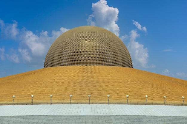 푸른 하늘과 흰 구름을 배경으로 왓 프라 담마카야(wat phra dhammakaya)에 있는 백만 개의 황금 불상. 태국 방콕에 있는 불교 사원. 확대