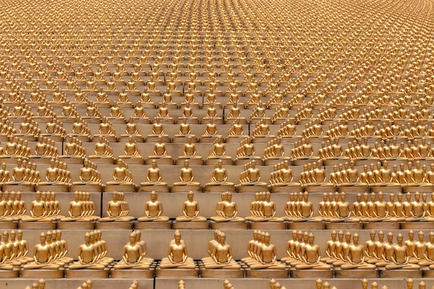 Миллион золотых статуэток будды в храме ват пхра дхаммакая в бангкоке, таиланд