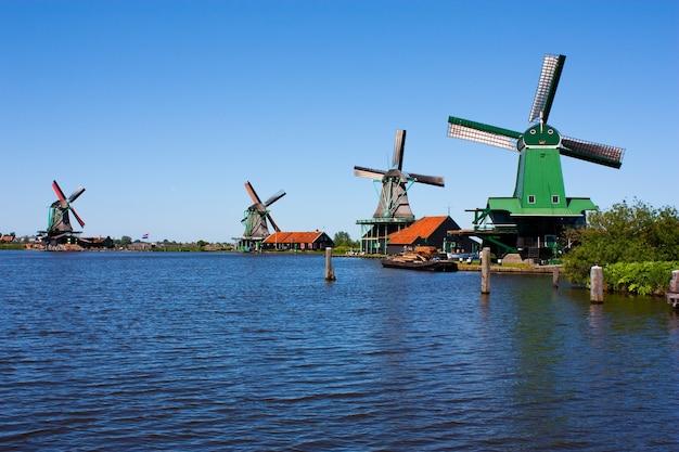 Мельницы в голландии, традиционная и непосредственная достопримечательность страны Premium Фотографии