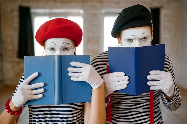 Mime artists, scene with books, parody comedy