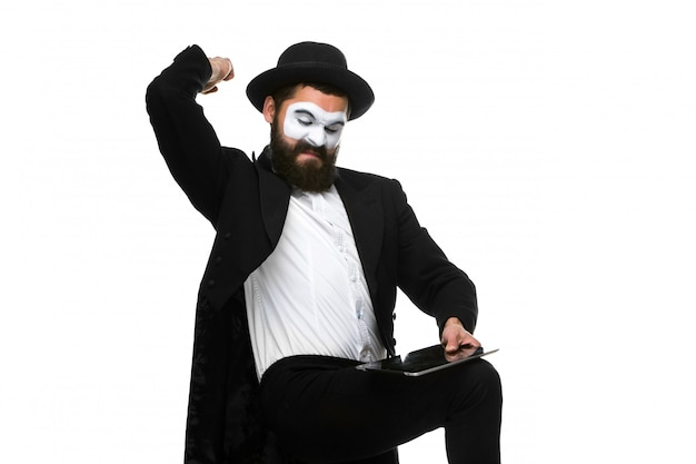 Mime as businessman has stress because of computer problem.