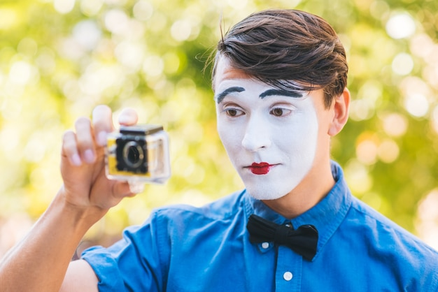 Mime in blue shirt shoot video on camera