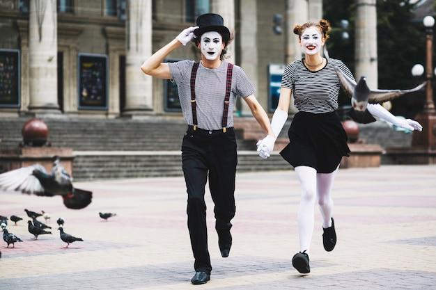 Мимовая пара работает на городском тротуаре