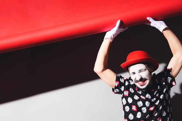 Mime lowers the  and grimaces
