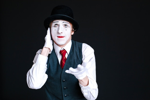 Mime talks on invisible phone