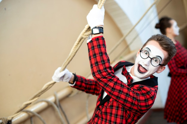 Mime with glasses pulls the rope