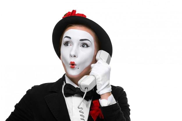 携帯電話を保持しているイメージmimeの女性。
