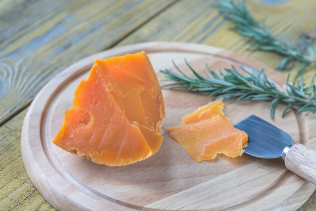 목 판에 mimolette 치즈