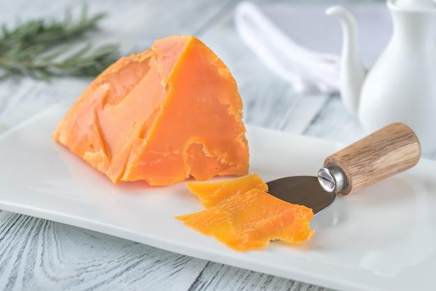 흰 접시에 mimolette 치즈