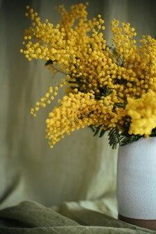 花瓶にミモザの花束