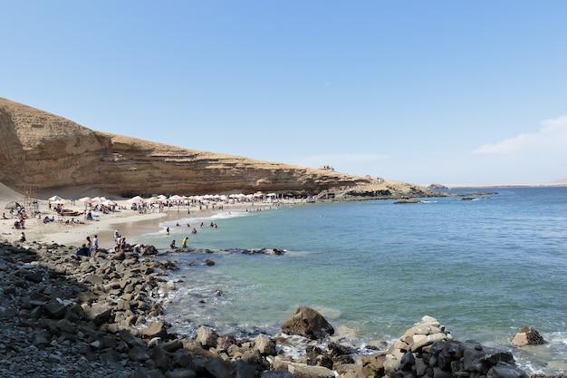 夏の間、入浴者の隣にあるミナビーチ