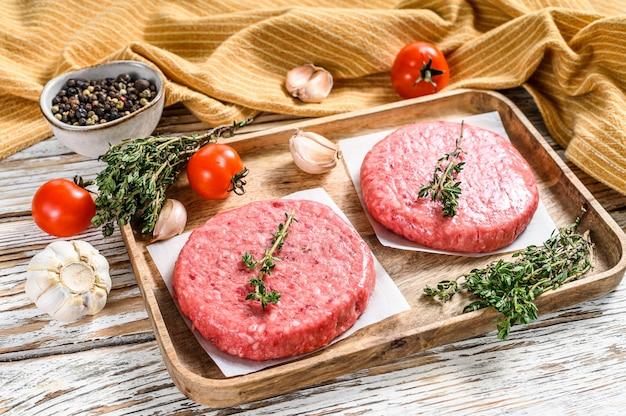 Нарезать мясные котлеты, говяжий и свиной фарш.
