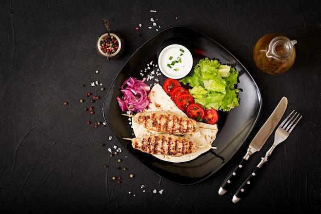 다진 룰라 케밥은 신선한 야채로 칠면조 구이 (닭고기)를 구운 것입니다. 평면도
