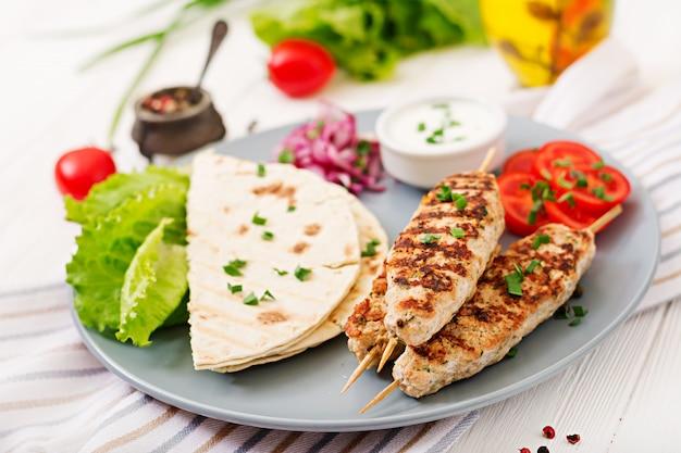 다진 룰라 케밥은 신선한 야채로 칠면조 구이 (닭고기)를 구운 것입니다.