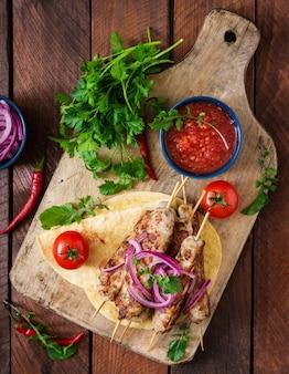 다진 룰라 케밥은 야채와 함께 칠면조 구이 (닭) 구이. 평면도