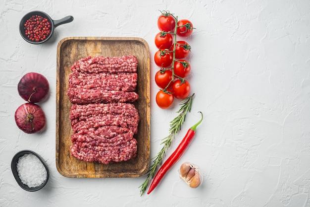 다진 대리석 쇠고기 고기, 흰색 배경에 텍스트 복사 공간 평면도 평면 누워