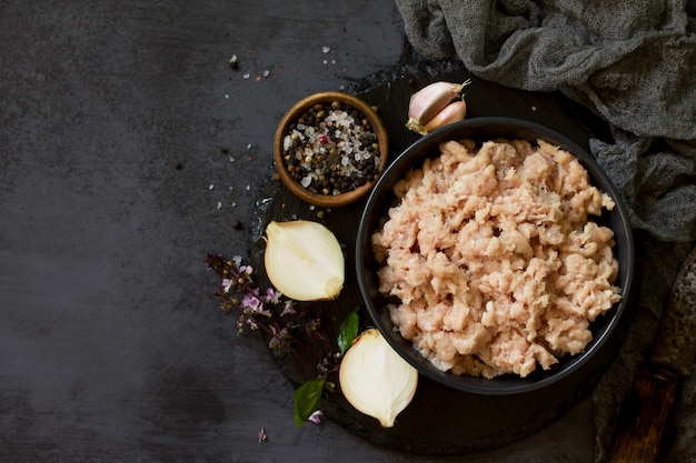 ひき肉とスレートのボウルでひき肉を調理するための材料