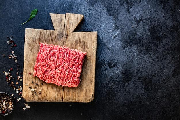 テーブルの上のミンチ肉挽き肉の材料