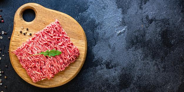 Ингредиент мясорубки на столе