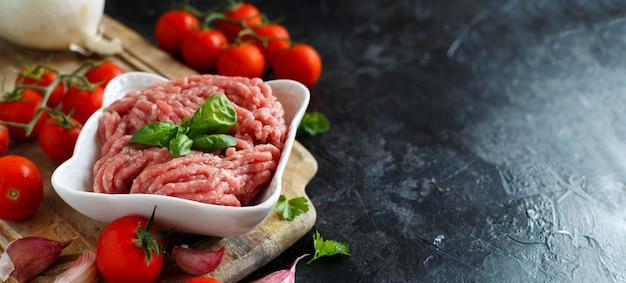 野菜とスパイスを入れたボウルにひき肉